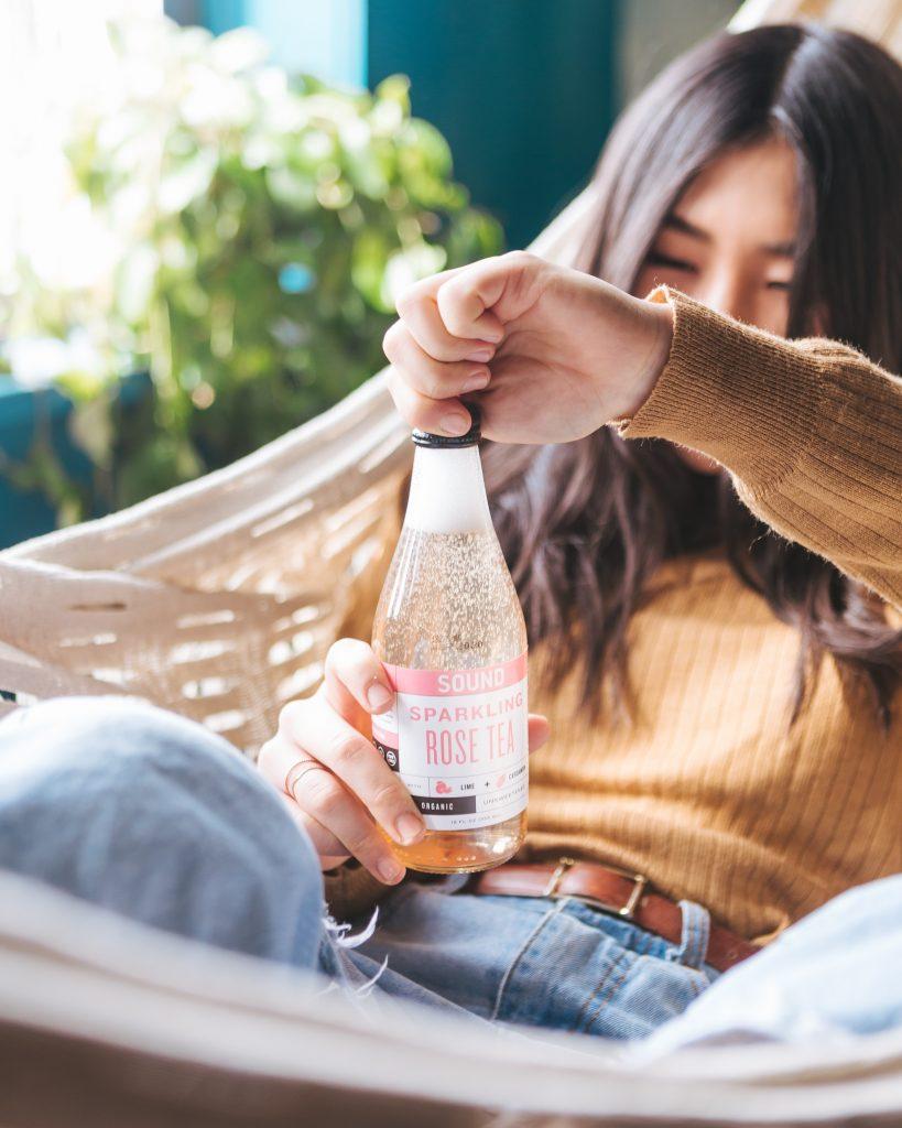 eau alcoolisée pétillante bouteille